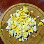 Фото 29: нарезка яиц для зеленого борща