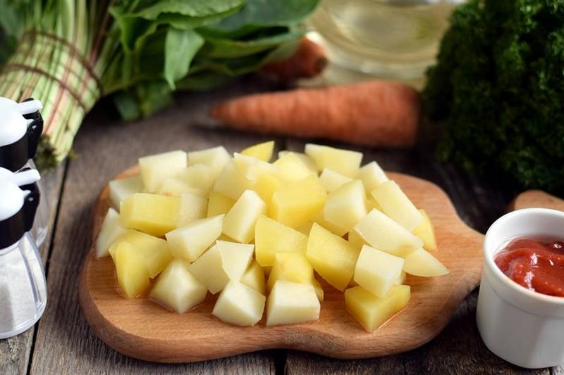 подготовка картофеля для борща