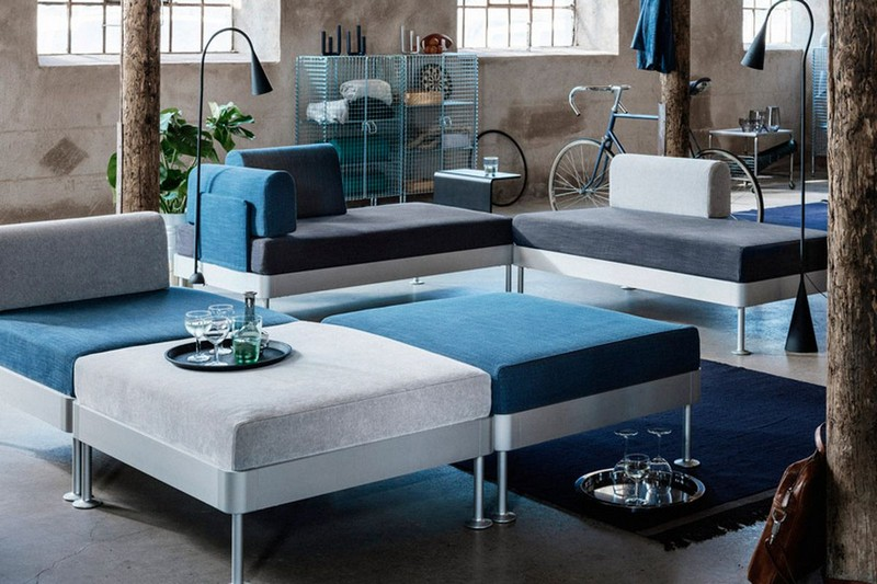 Красивый диван в интерьере гостиной