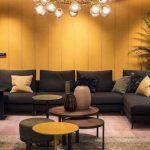 Фото 16: стильный черный диван в гостиной