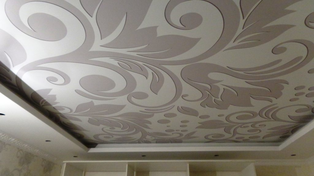 Прекрасное сочетание тканевых натяжных потолков с интерьером комнат