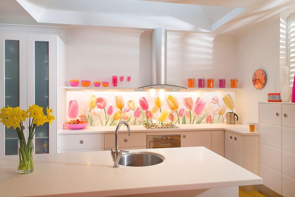 Стеклянный фартук - тюльпаны в интерьере кухни