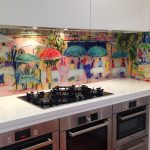 Фото 8: Летняя кухня с дизайнерским оформлением стеклянного фартука