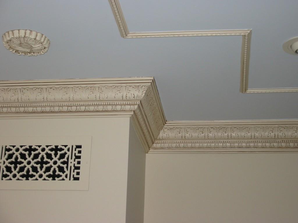 Оригинальное оформление потолка плинтусами
