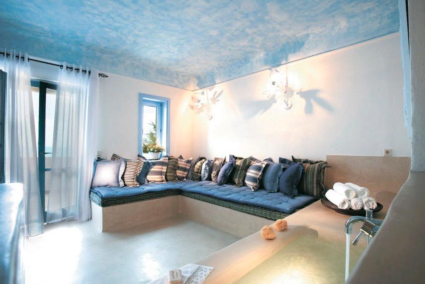 Тканевый натяжной потолок под интерьер гостиной