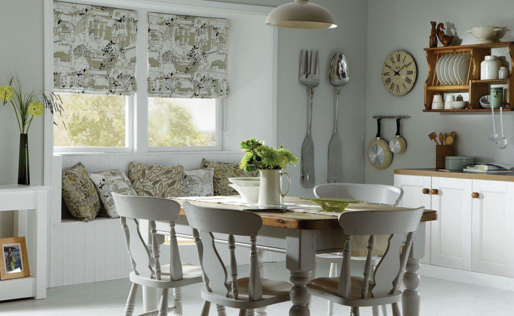 Римские шторы на кухне в стиле кантри