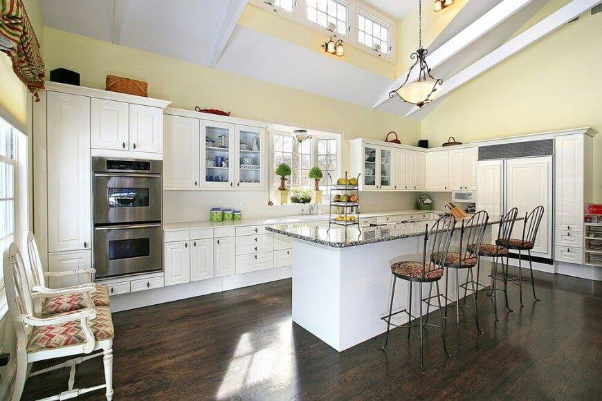 Комбинированное освещение кухни-столовой с помощью люстры и бра