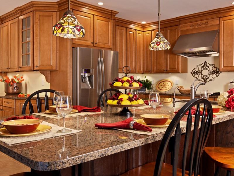 Подвесные люстры в стиле Тиффани придают изысканности интерьеру кухни