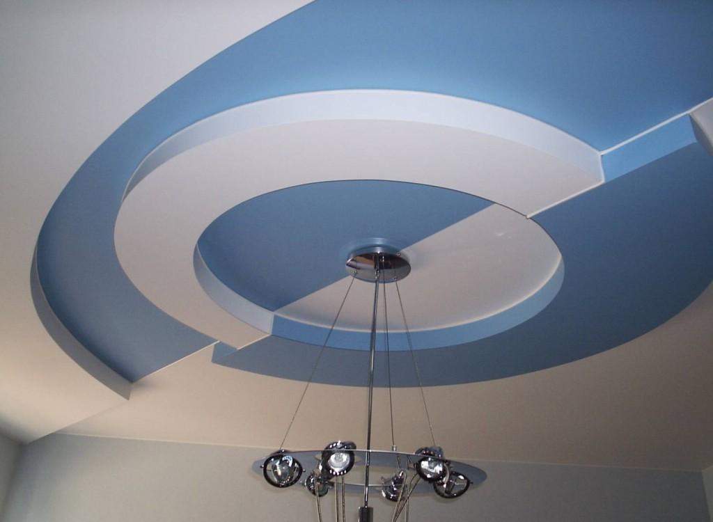 Двухуровневый потолок из гипсокартона в интерьере комнаты