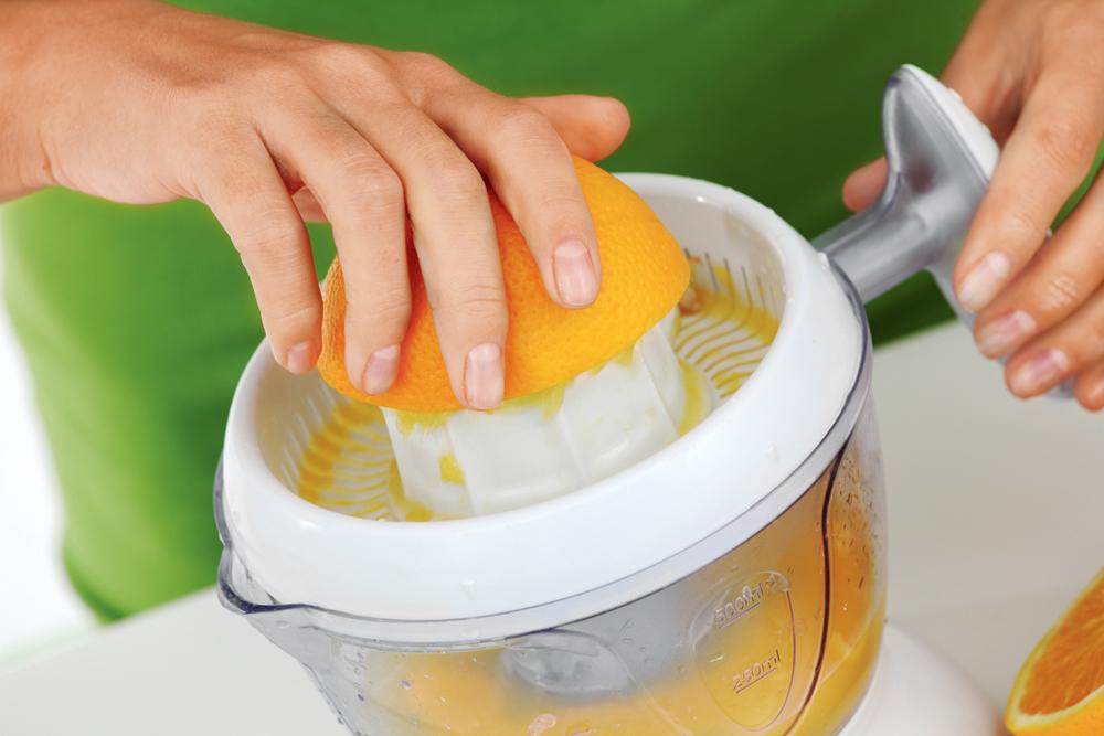 Готовим апельсиновый сок с помощью ручной соковыжималки