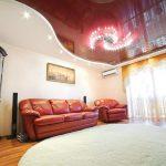 Фото 1: Глянцевый натяжной потолок в зале