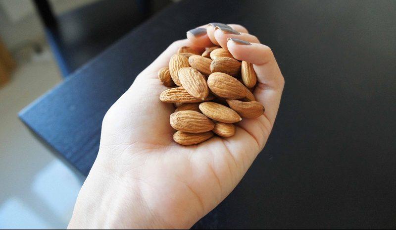 Горсть орехов в руке