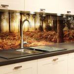 Фото 5: Летняя кухня с дизайнерским оформлением стеклянного фартука