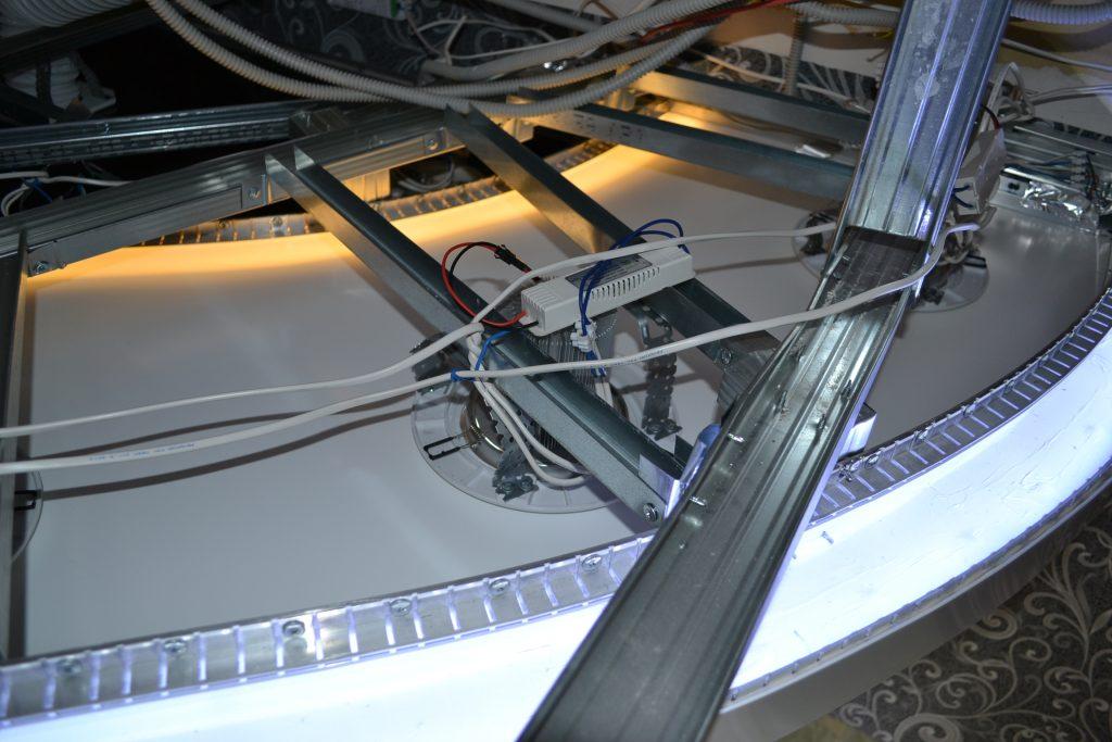 Прокладка электропроводки в натяжных потолка