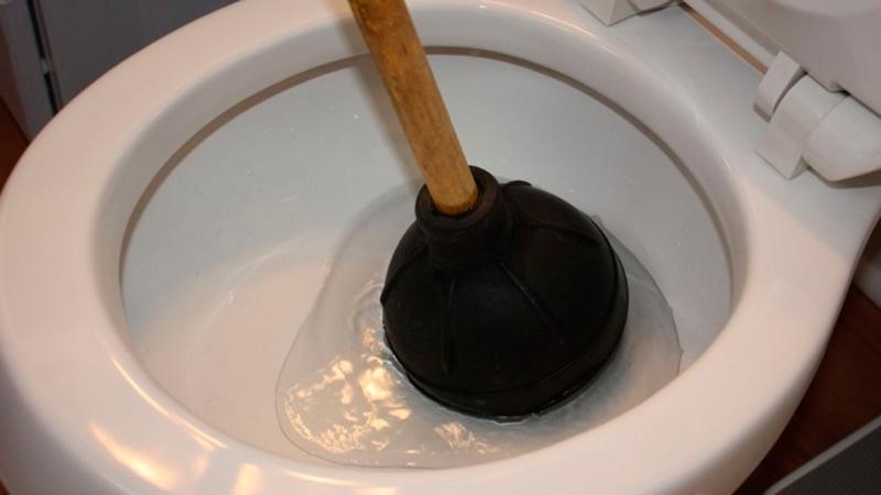 Как вантузом прочистить унитаз