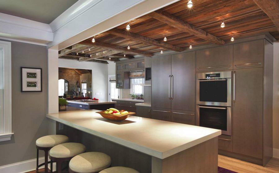 Зонирование кухонного пространства с помощью направленных люстр-спотов