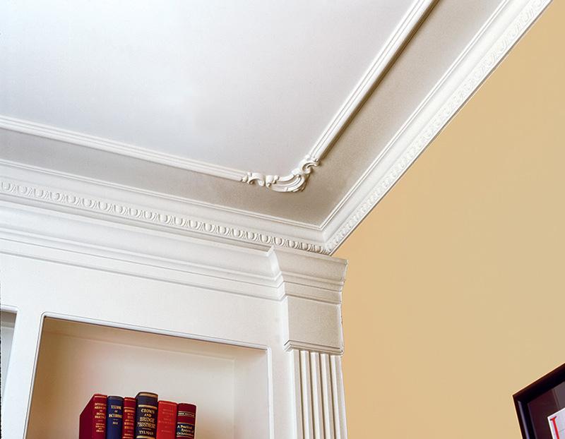 Красивое оформление комнаты потолочным плинтусом