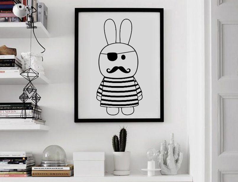 Черно-белая картина в интерьере комнаты