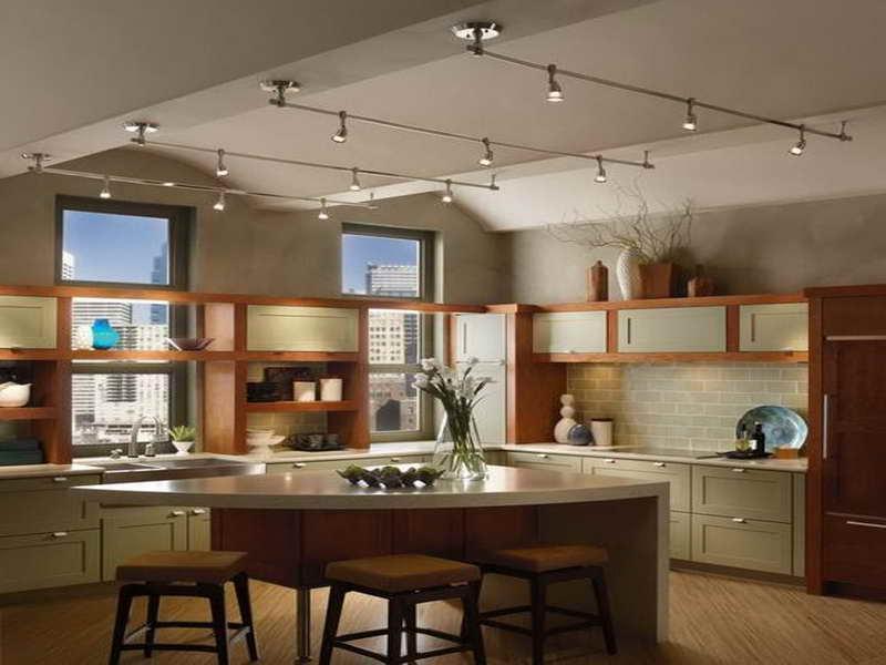 Трековые системы освещения с поворотными спотами позволяют акцентировать освещение отдельных кухонных зон