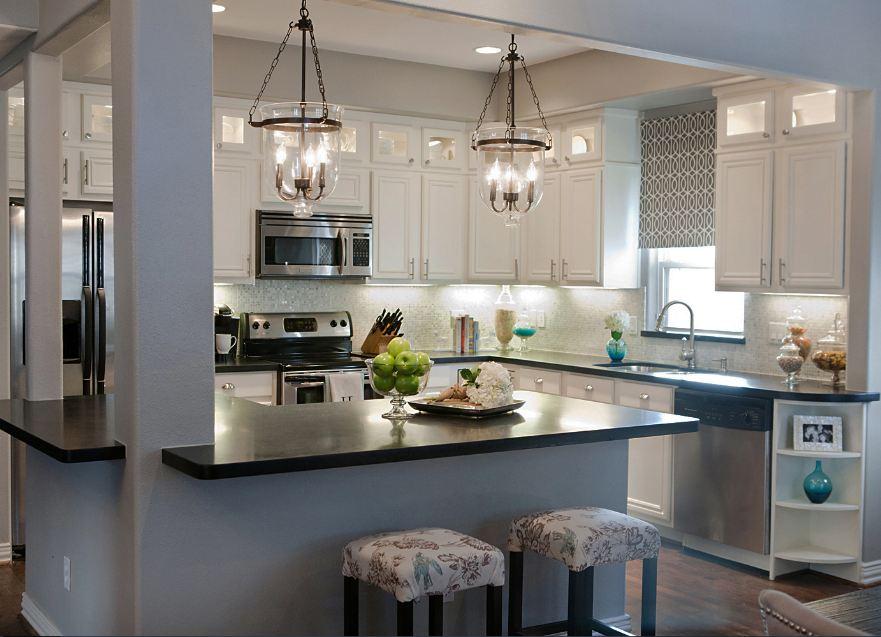 Подвесные люстры с лампами в виде свечей в интерьере кухне