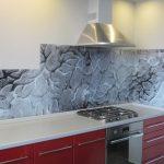 Фото 29: Летняя кухня с дизайнерским оформлением стеклянного фартука