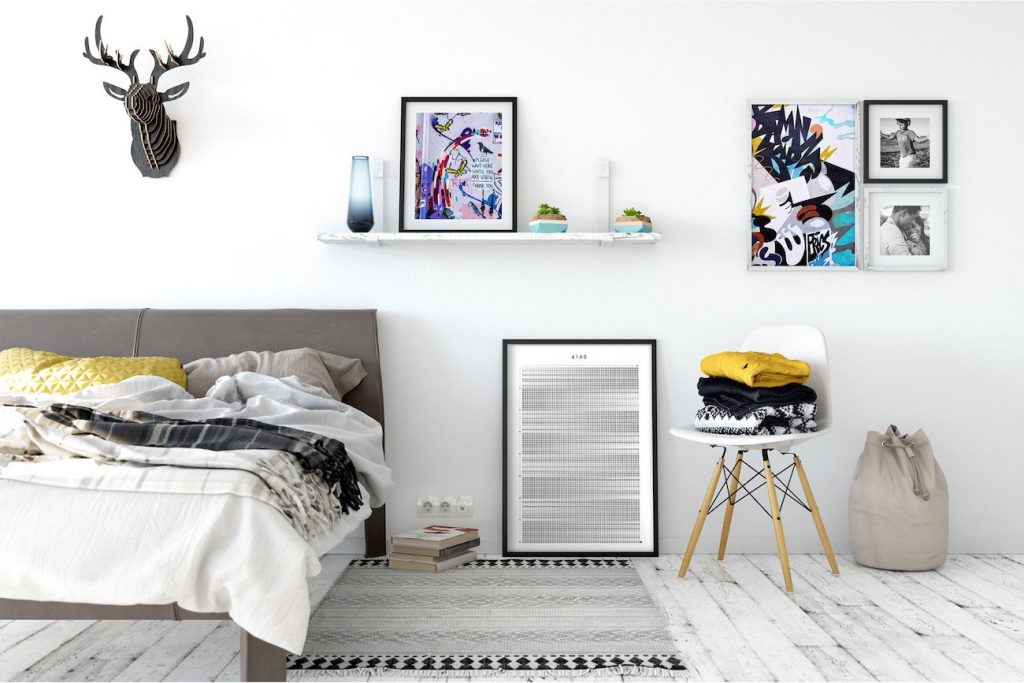Оформление спальни постерами и картинами