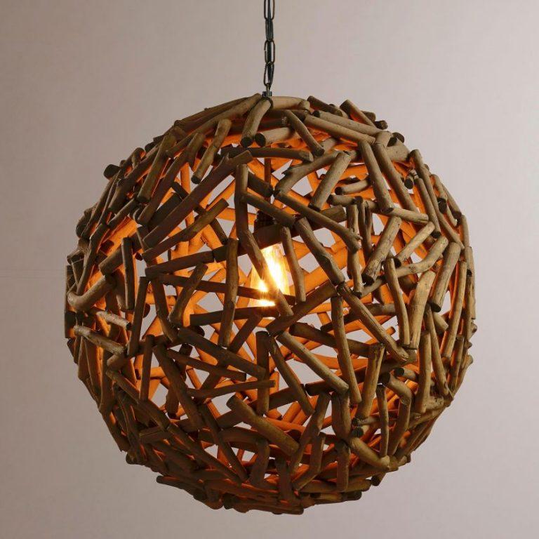 Люстра из склеенных деревянных палочек