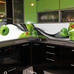 Фото 47: Летняя кухня с дизайнерским оформлением стеклянного фартука