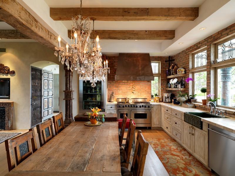 Люстры в классическом стиле можно использовать в просторных помещениях с высокими потолками