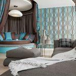 Фото 23: бирюзовые полосы в интерьере спальни