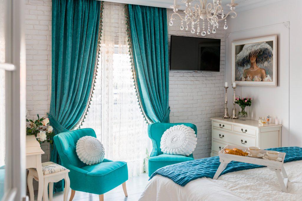 Бирюзовые шторы в интерьере спальни