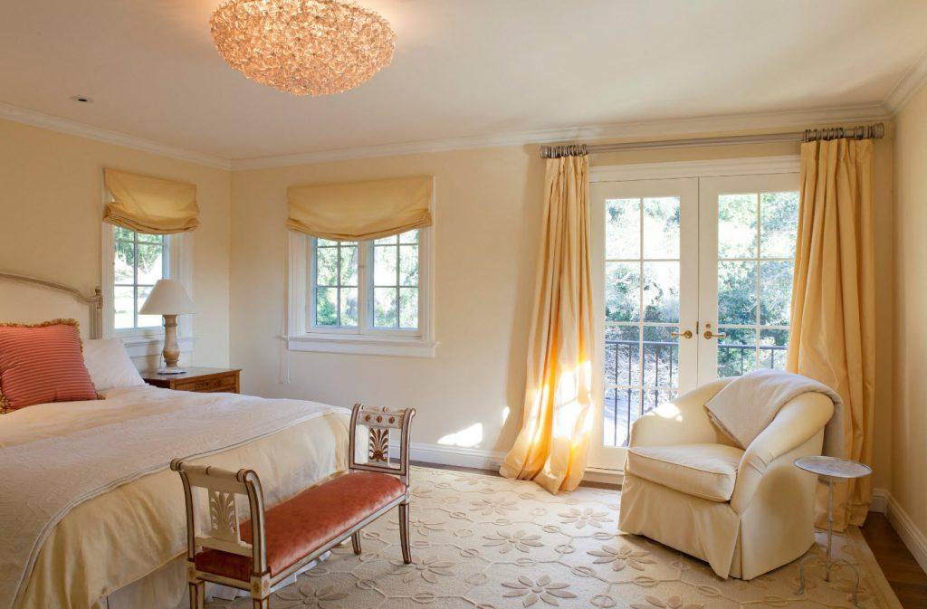 Легкие римские занавески для интерьера спальни