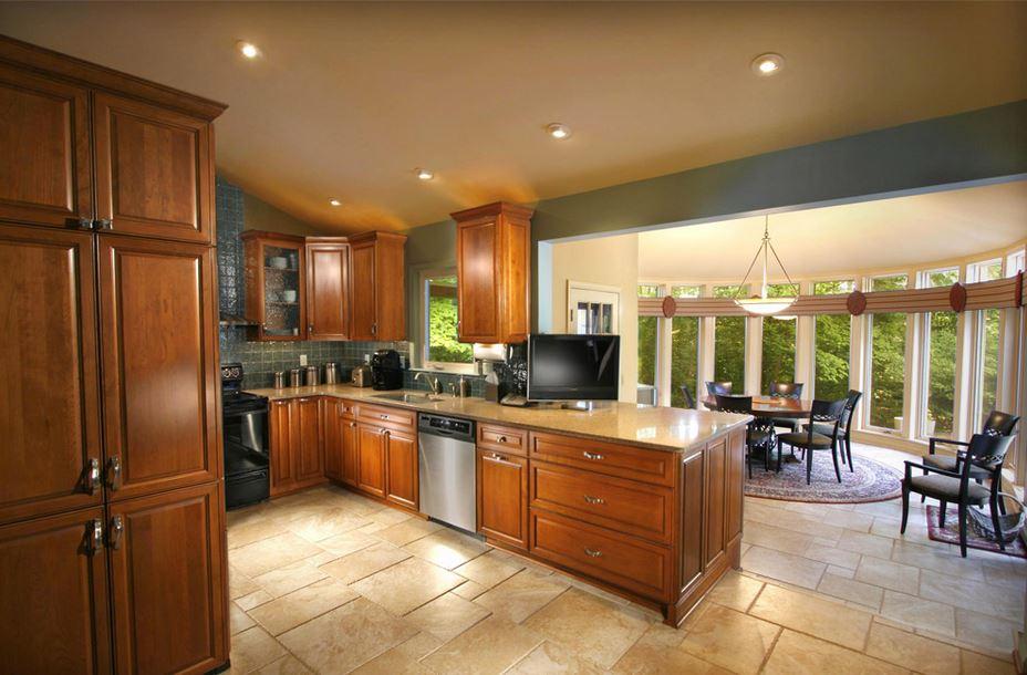 Применение различных видов светильников при совмещении кухни со столовой