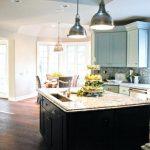 Фото 22: Подвесные светильники из металла на кухне