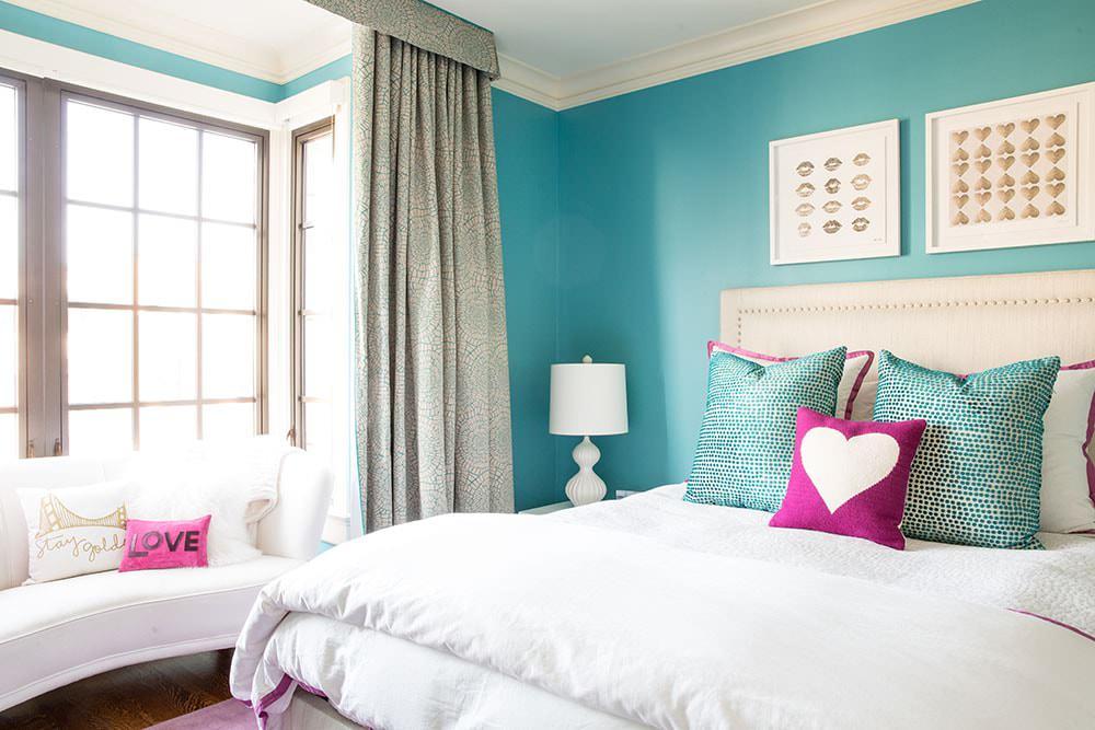 Уютная спальня с бирюзовыми стенами