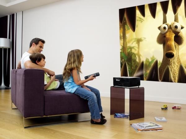 Удобное расположения полотна для домашнего кинотеатра в детской комнате