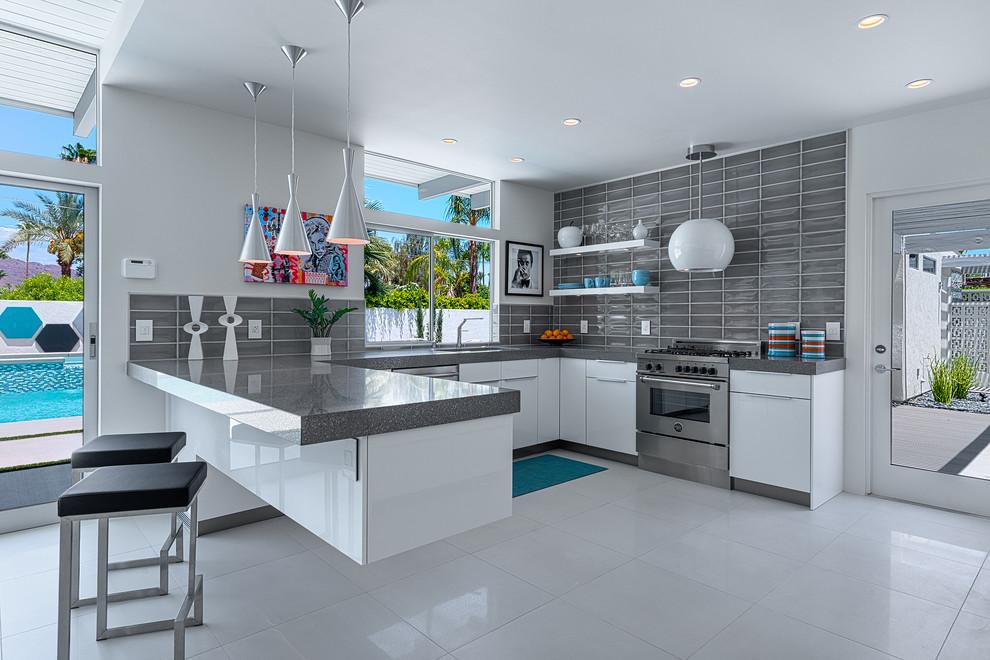 Значительную роль при выборе светильника для кухни играет его функциональность