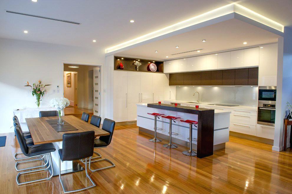 Современное оформление интерьера кухни с использованием точечных светильников и светодиодной подсветки