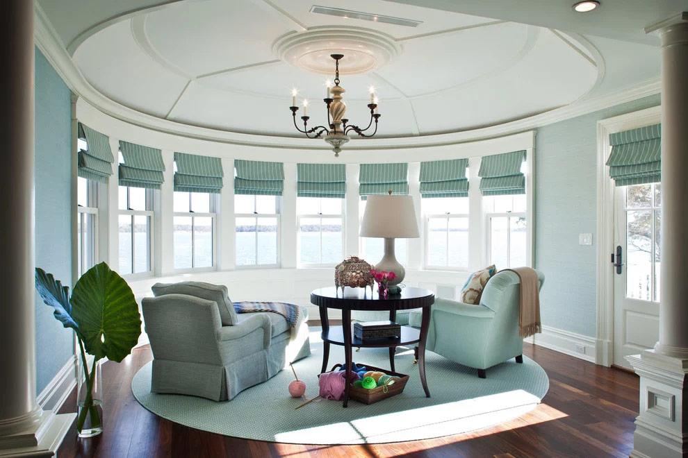 Оформление гостиной римскими оконными шторами