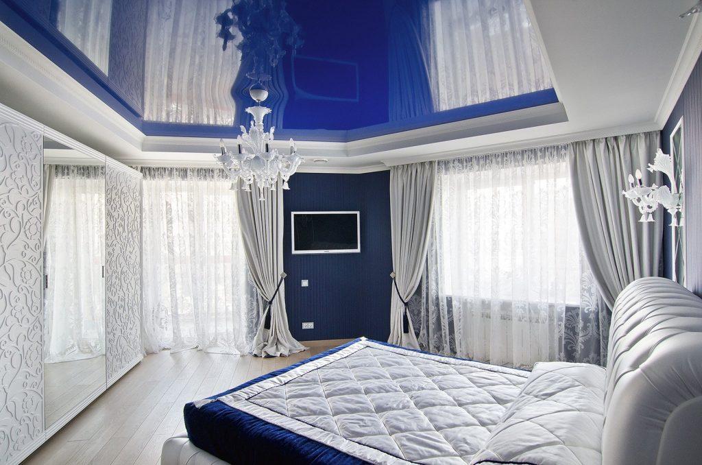 Глянцевый натяжной потолок синего цвета в спальне