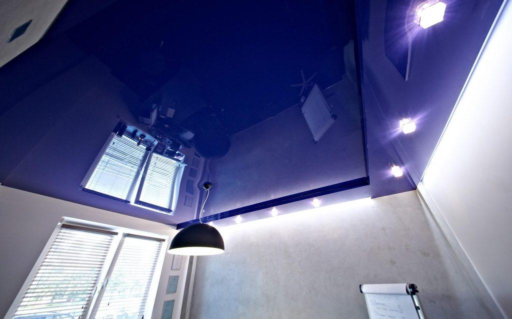 Потолки с натяжным потолком из пленки ПВХ гораздо удобнее в обслуживании чем из других материалов