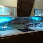 Фото 31: Летняя кухня с дизайнерским оформлением стеклянного фартука