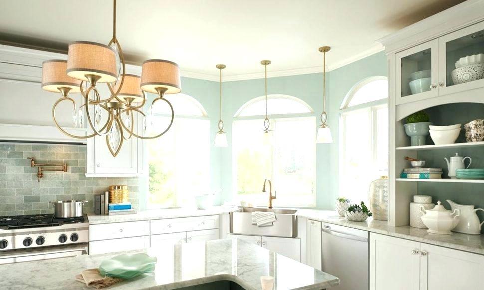 Многорожковая люстра и подвесные потолочные светильники для освещения обеденной и рабочей зон на кухне