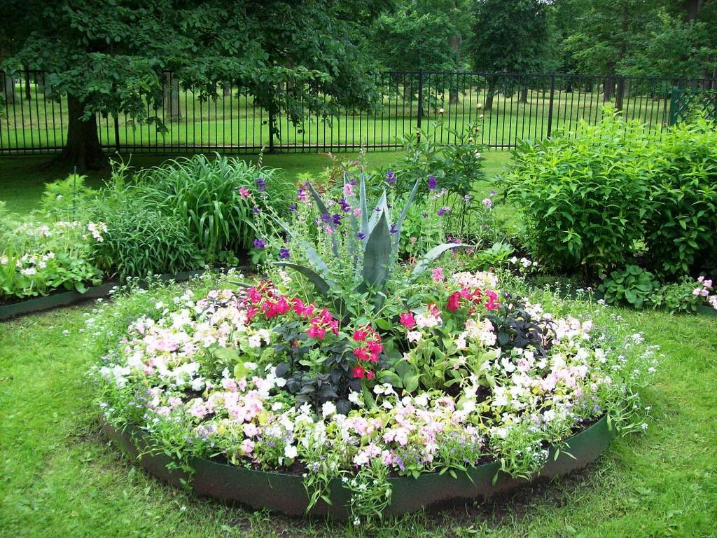 Дачный участок - оформление цветников своими руками