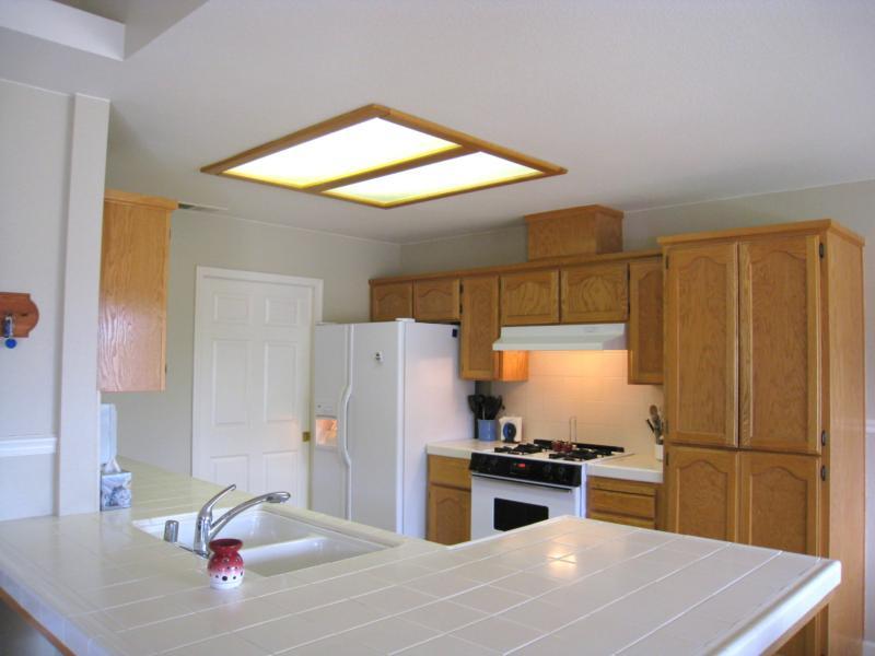 Освещение малогабаритной кухни с помощью светодиодной потолочной панели