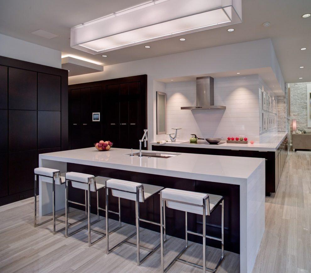 При выборе варианта освещения для кухни все чаще предпочтение отдается светодиодным люстрам и спотам