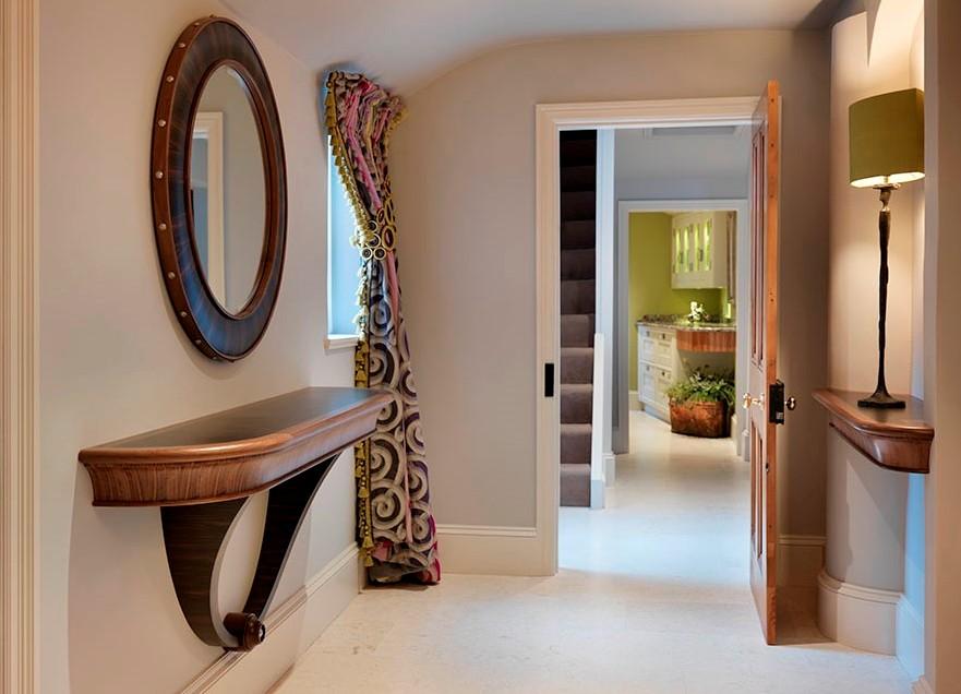 Круглое настенное зеркало для прихожей придает шарм и изысканность в интерьере