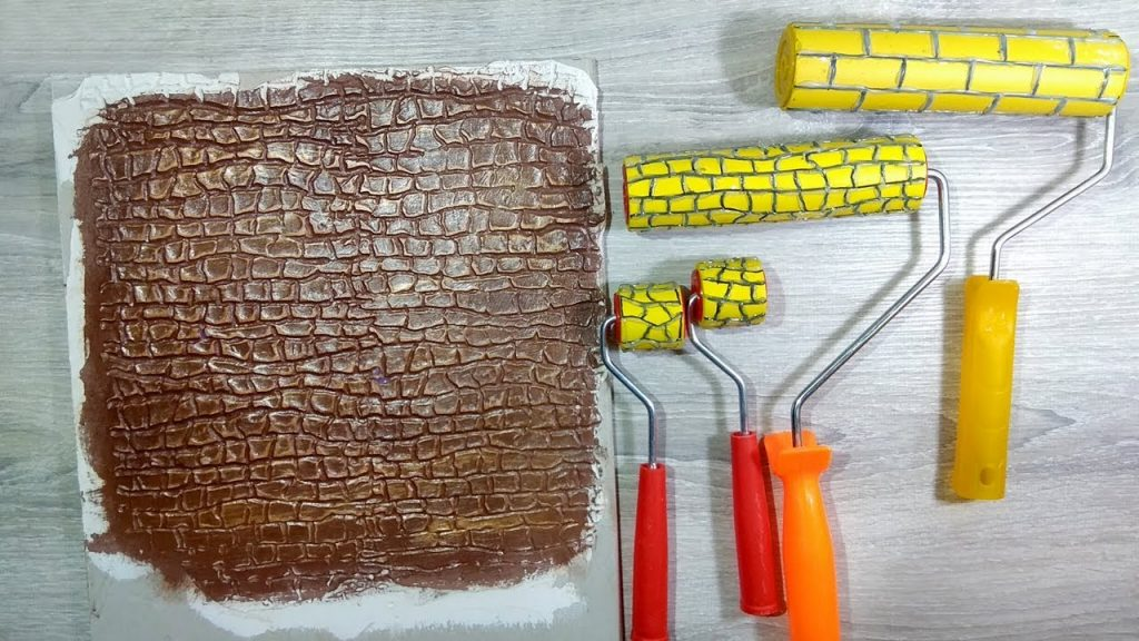 Узор по штукатурке с помощью резинового валика