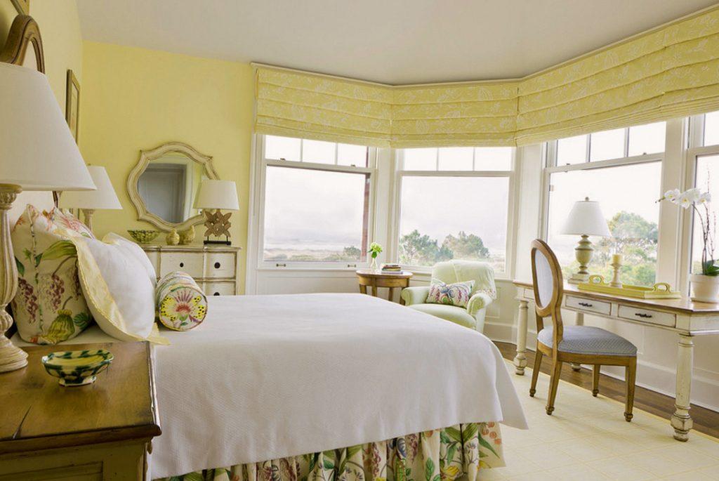 Каскадные римские шторы в спальне
