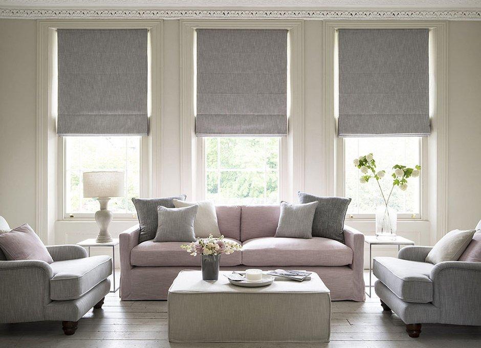 Сочетание римских штор с мебелью в гостиной